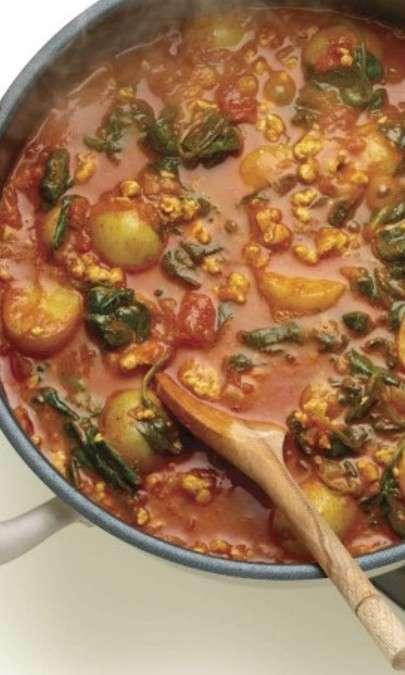 Tacchino all'indiana con spinaci e patate novelle