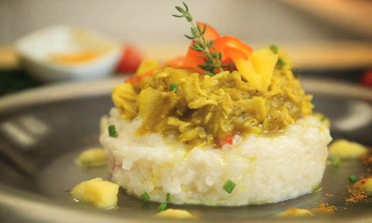 Bocconcini di pollo al curry e frutti tropicali, su risotto alle erbe aromatiche