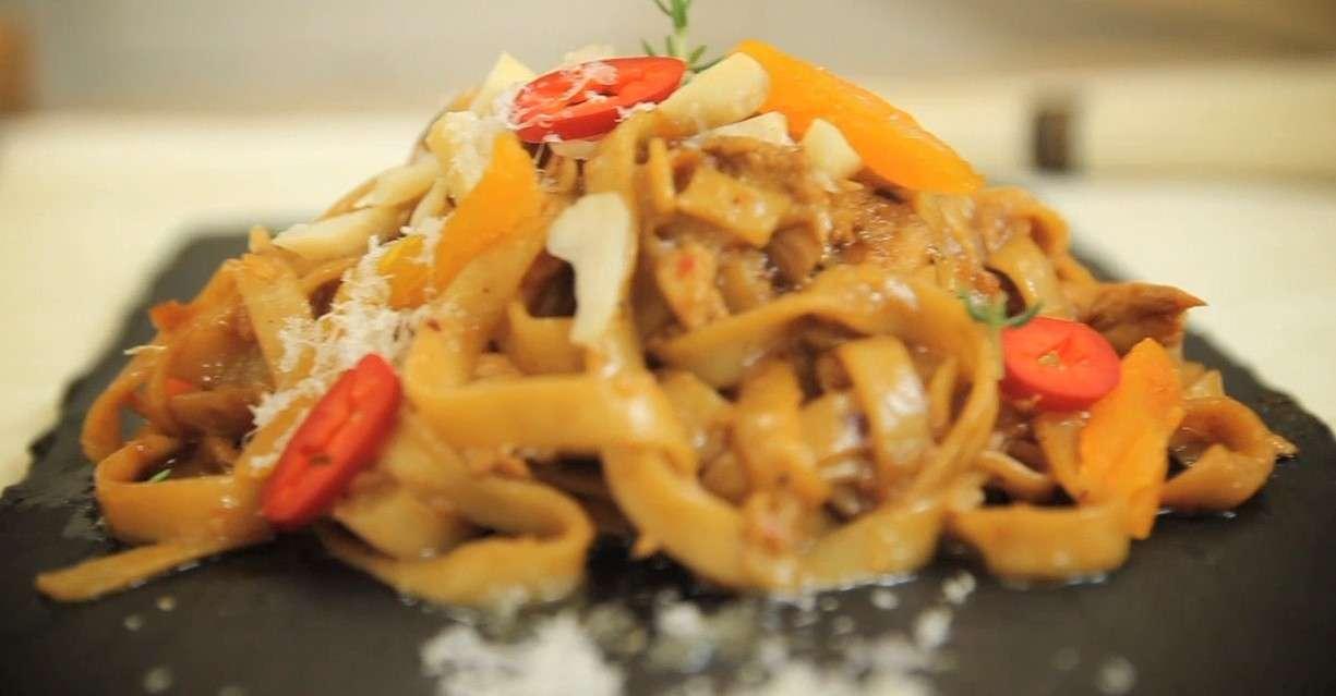 Pollo marinato con zenzero, noodles e albicocche secche con noci brasiliane - VIDEO RICETTA