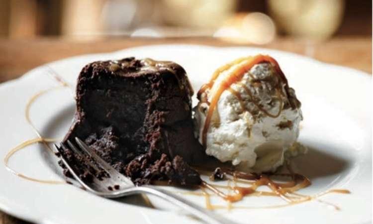 Pan di spagna al cioccolato con gelato al caramello salato