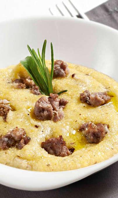 Chips di salsiccia con polenta e pesto di funghi crudi