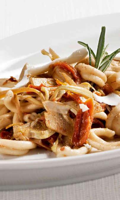 Caserecce di grano duro con carciofi, pomodori secchi e scaglie di pecorino