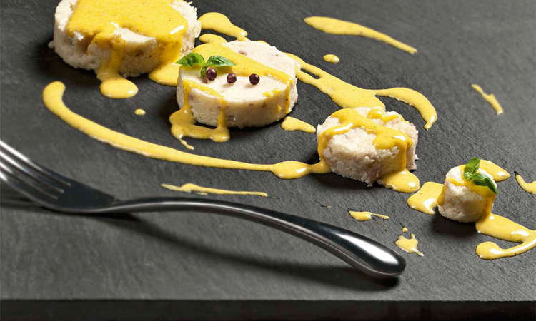 Gnocchi di semolino alla carbonara con fonduta di panna, parmigiano e rossi d'uovo