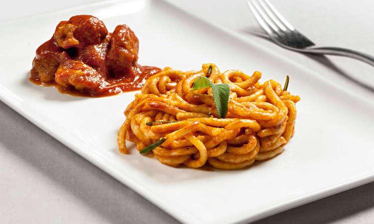 Spaghetti quadri di kamut con sugo di polpettine di carne e scaglie di parmigiano