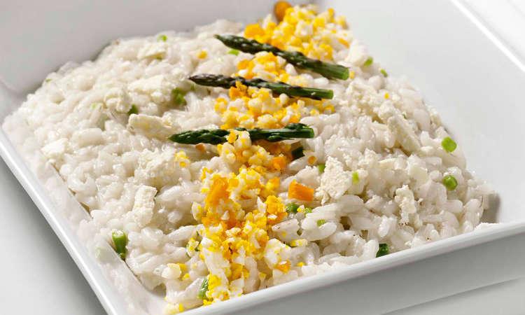 """Risotto con asparagi, scaglie di parmigiano e """"mimosa"""" d'uovo"""
