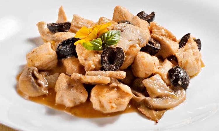 Bocconcini di pollo in umido con champignon, olive taggiasche e capperi
