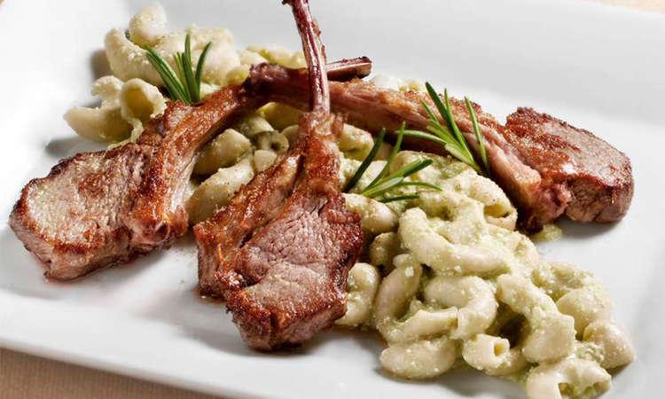 Costolette di agnello al timo con spaccatelli e pesto di fave e pecorino