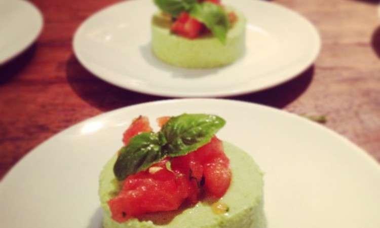 Bavarese di piselli e basilico con pomodori concassè