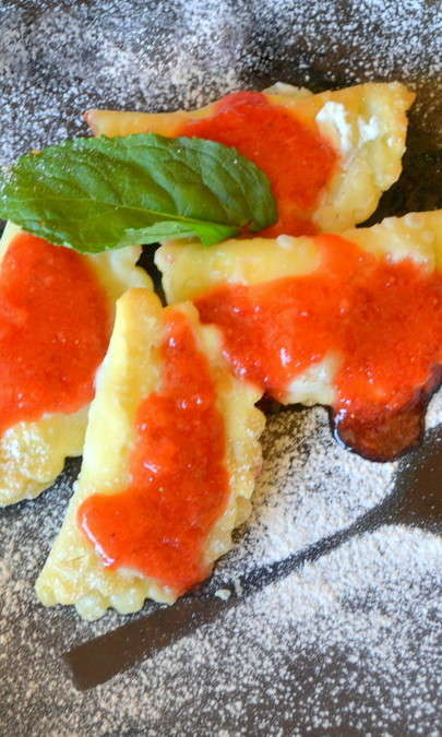 Ravioli dolci con salsa alle fragole