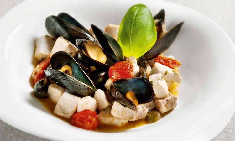 Pesce spada con pomodorini, cozze, olive e capperi