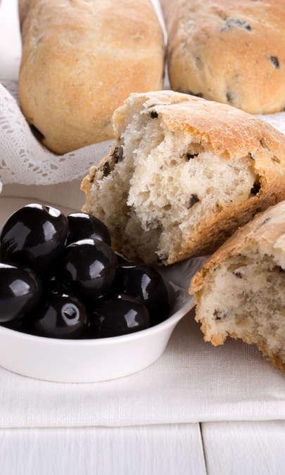 Panini soffici alla feta, olive e timo fresco