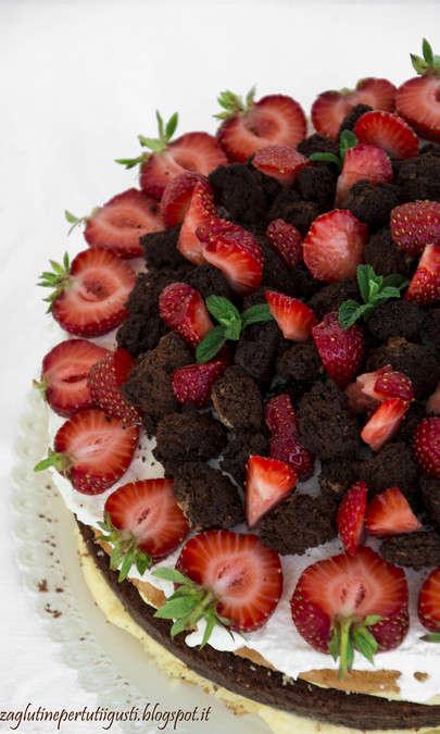 Torta di compleanno senza glutine alle fragole e amaretti