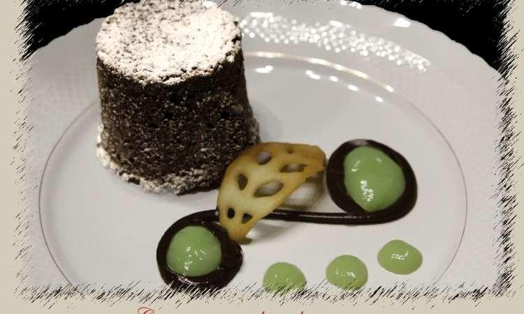 Tortino di Caprese con fonduta di cioccolato fondente e crema alla menta
