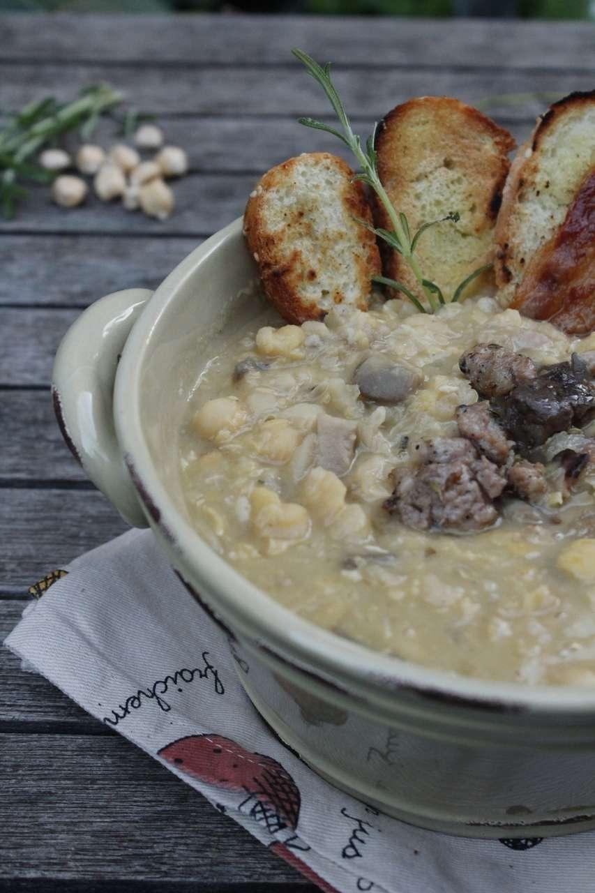 Zuppa di ceci con salsiccia e funghi