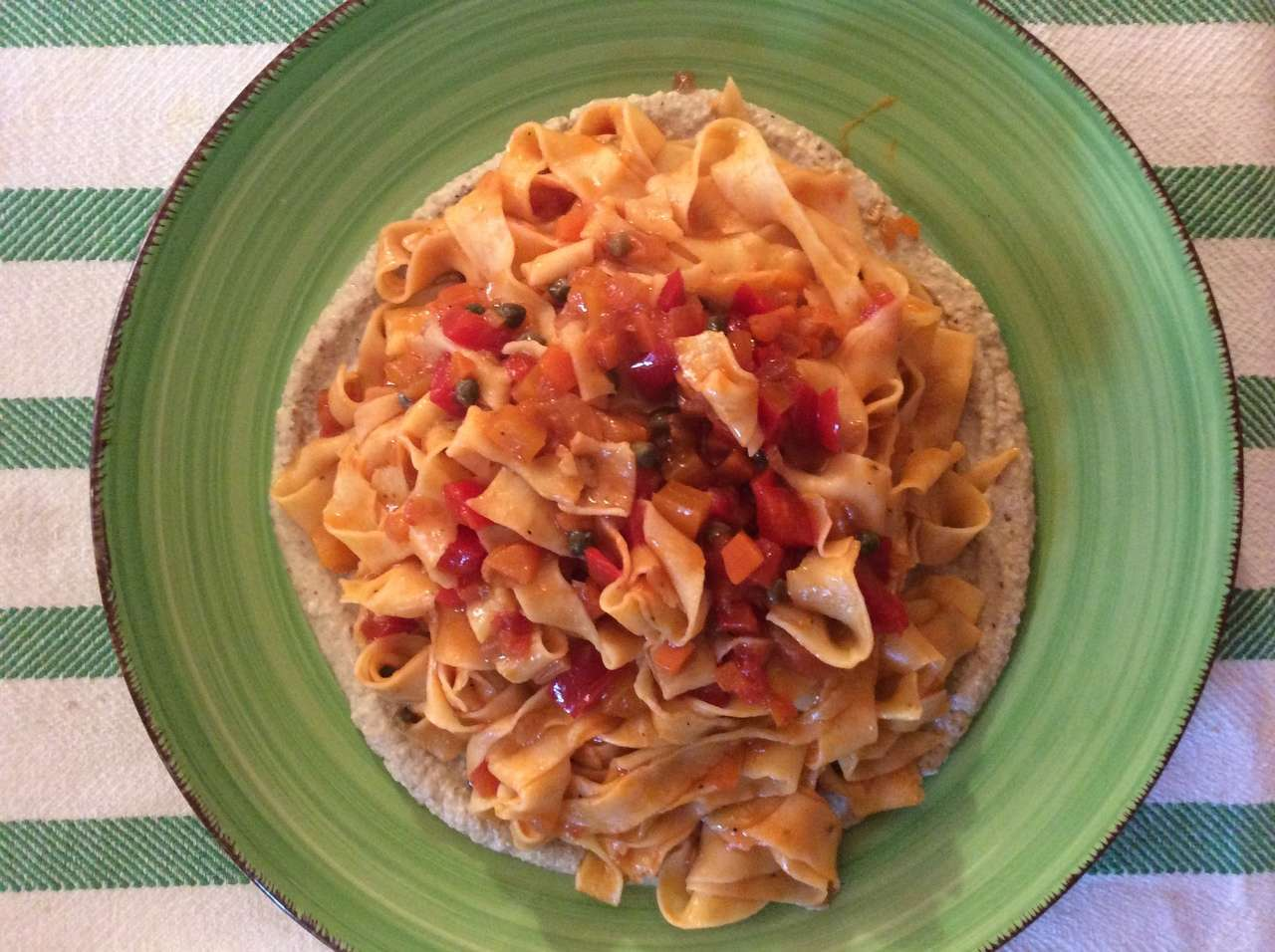 Tagliatelle al ragù di peperoni con crema di melanzane alla menta