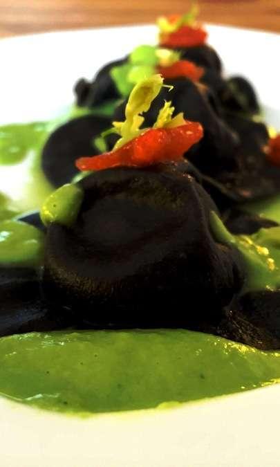 Tortelli al nero di seppia, baccalà mantecato su purea di piselli e menta.