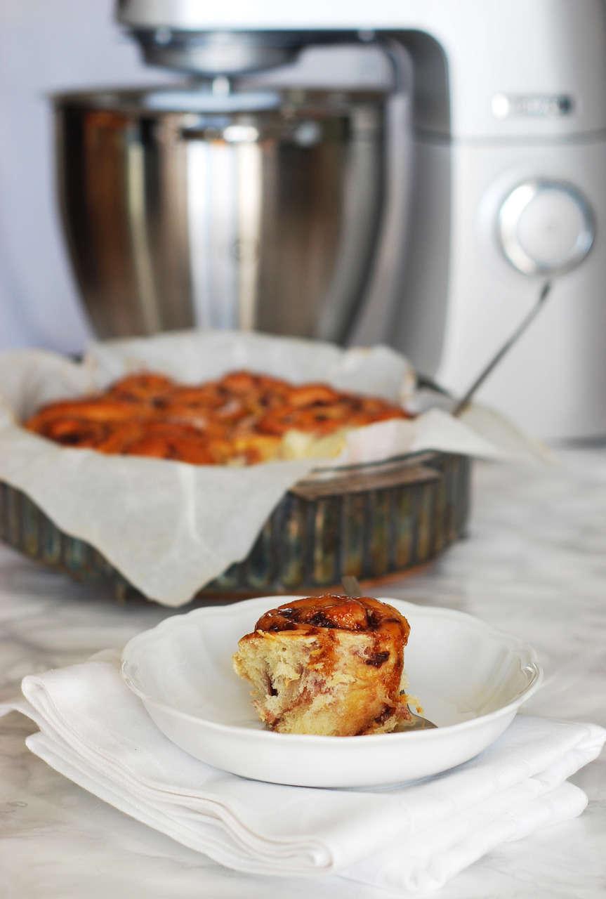 Girelle di pan brioche alla confettura di ciliegie e cocco