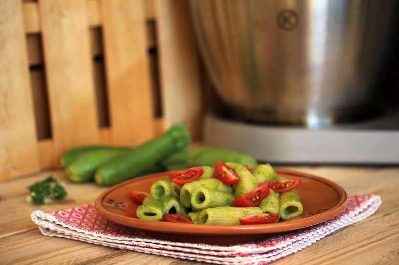 Pasta con crema di zucchine e pomodori datterini
