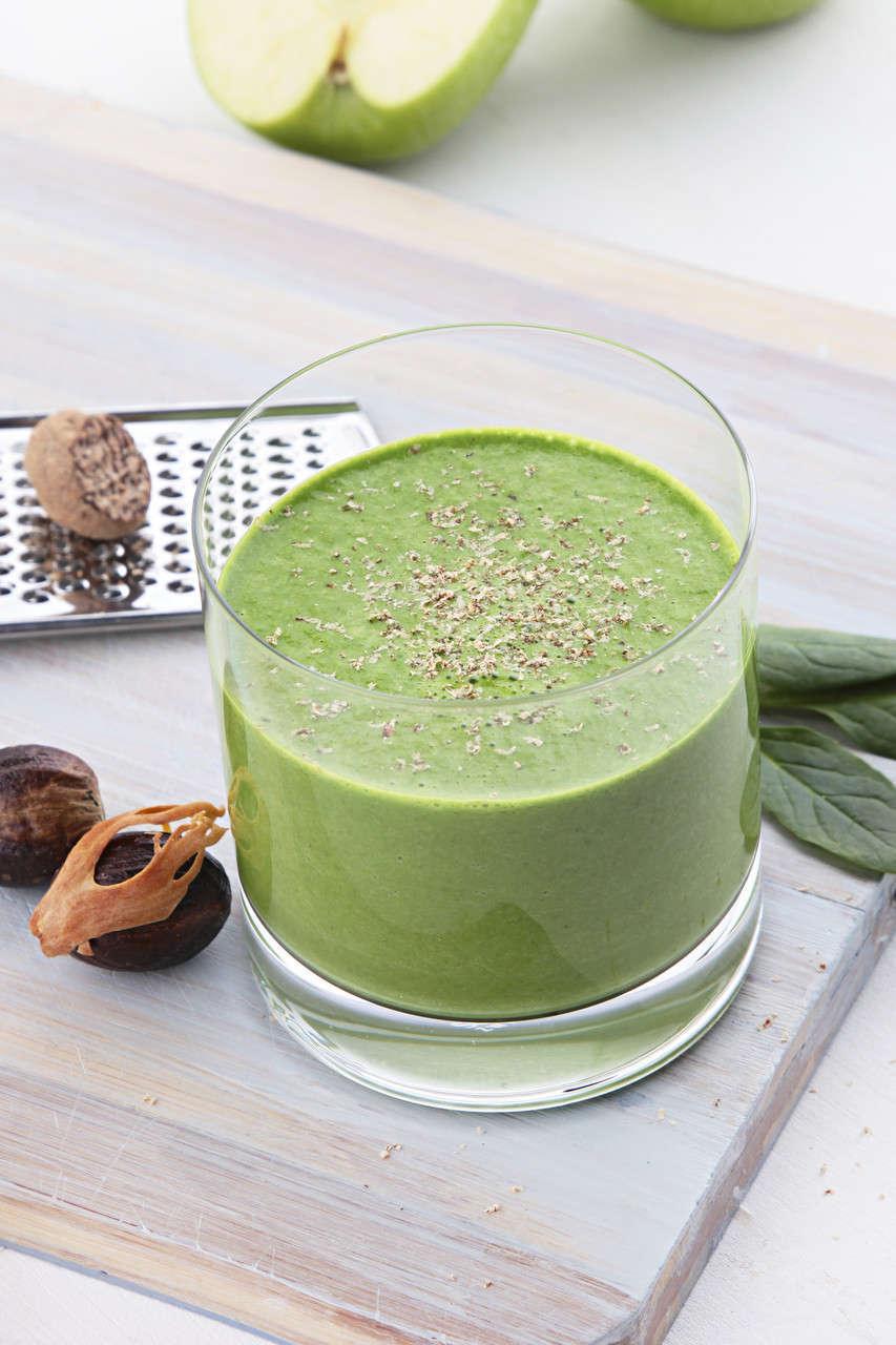 Frullato verde con lamponi