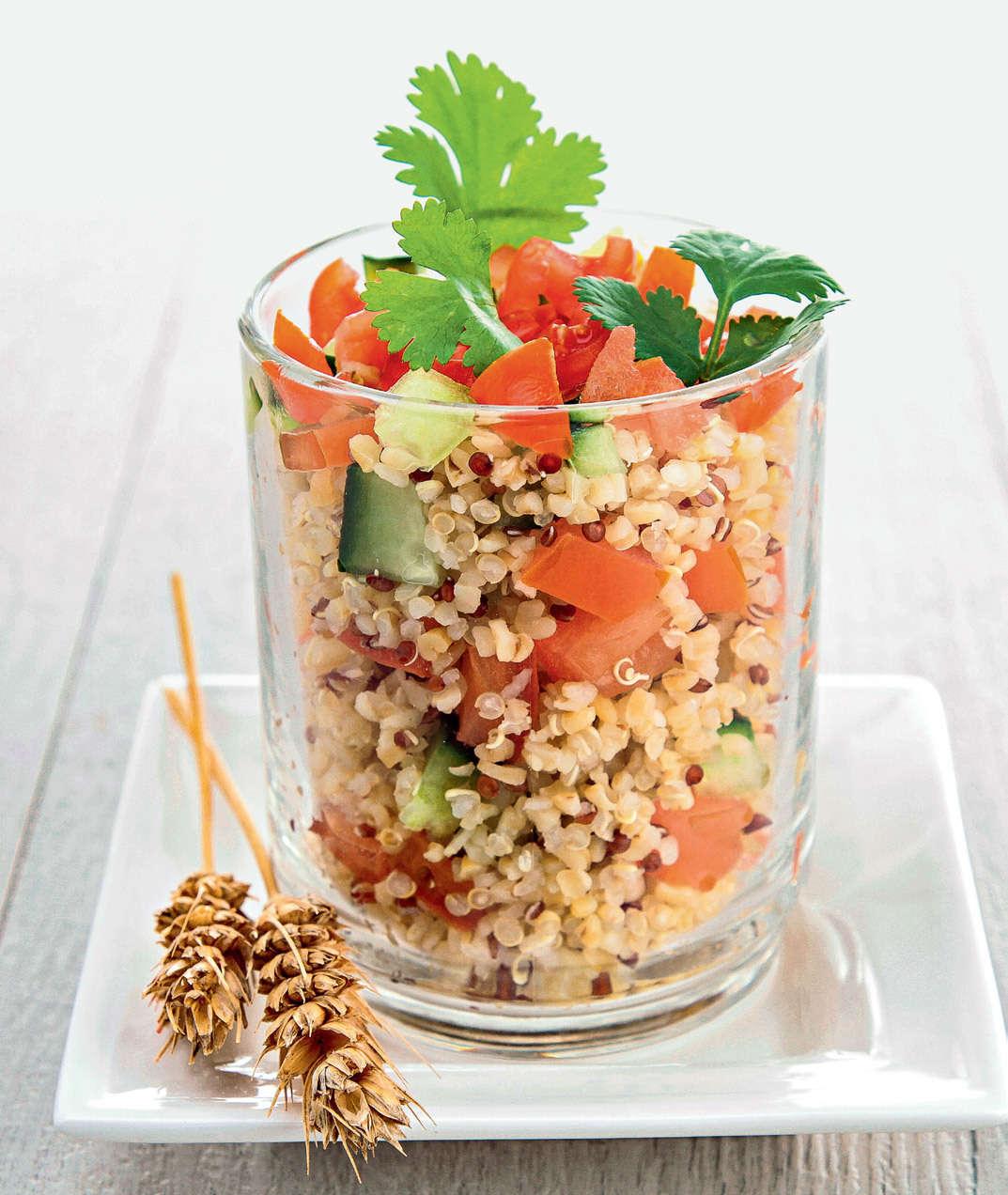Insalata di quinoa con verdure marinate crude e mandorle