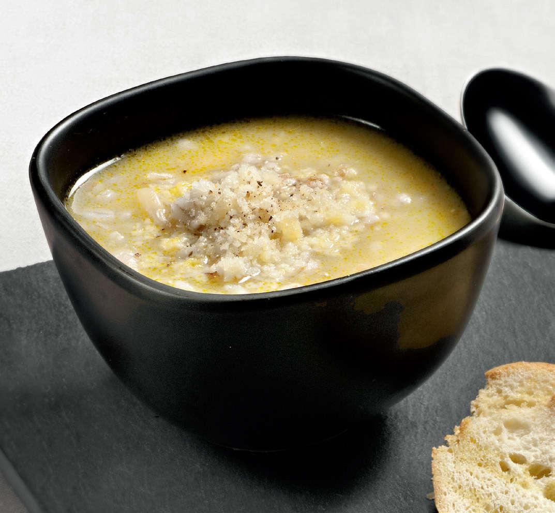 Zuppa d'orzo con verdure e prosciutto affumicato