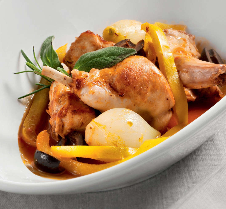 Bocconcini di coniglio con patate e peperoni