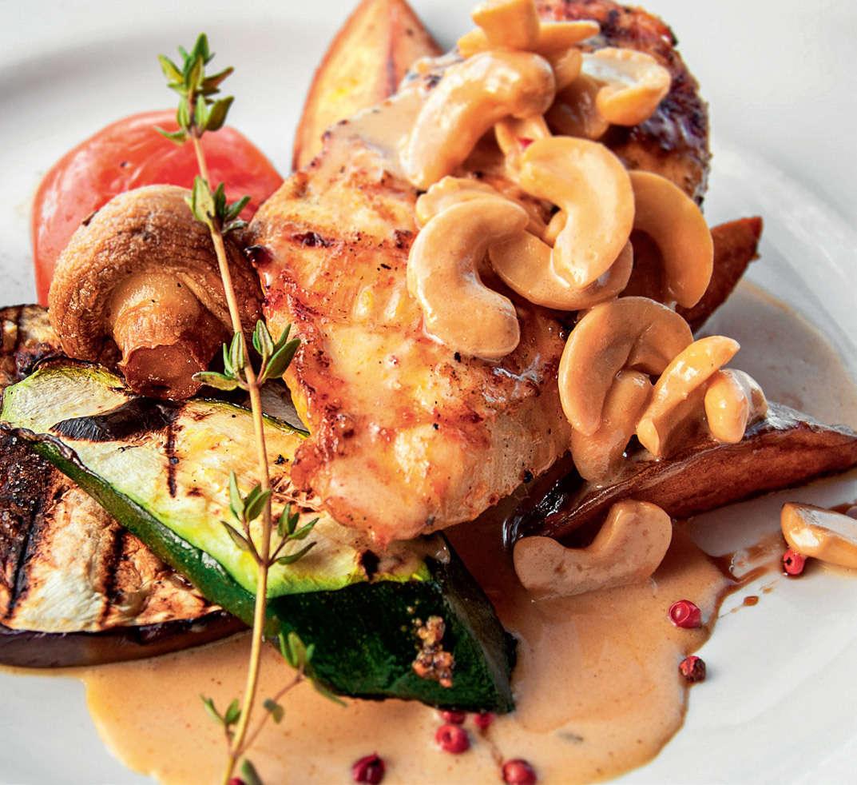 Pollo con funghi e anacardi