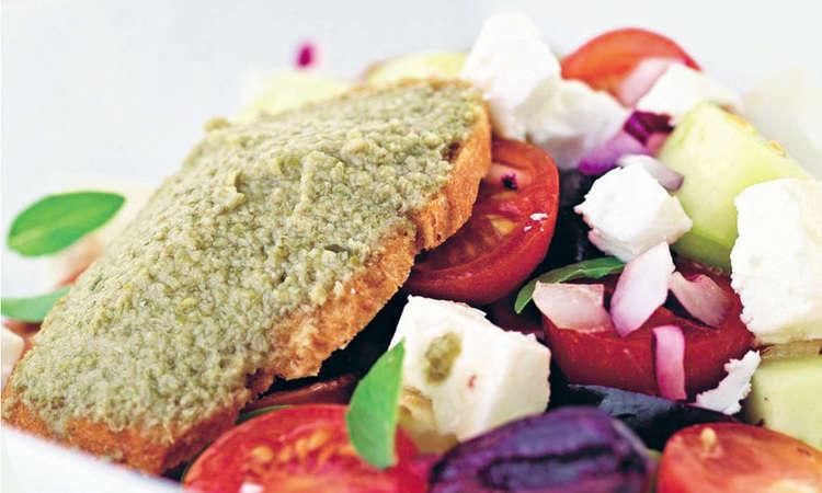 Insalata con verdure estive e ciliegie