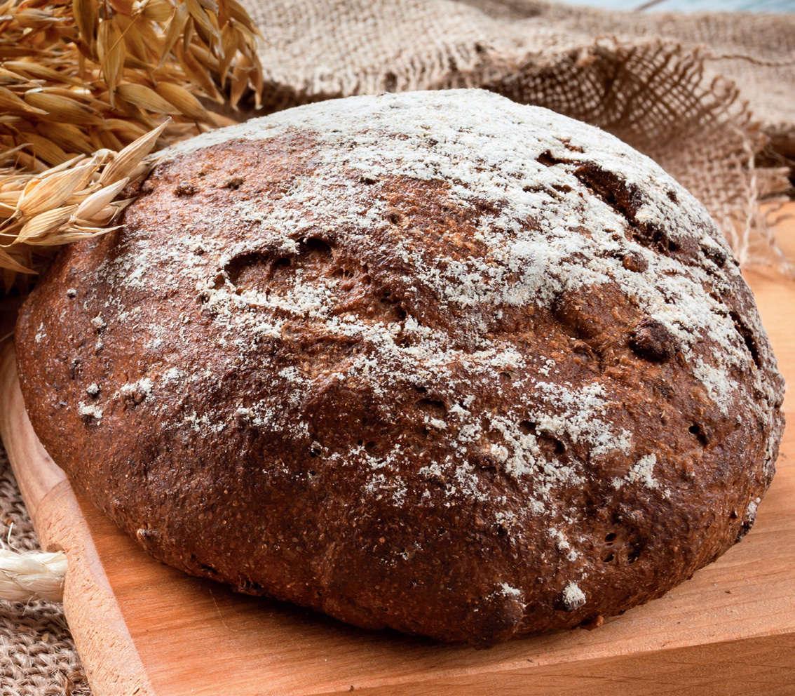 Pane integrale con noci, cioccolato e albicocche secche