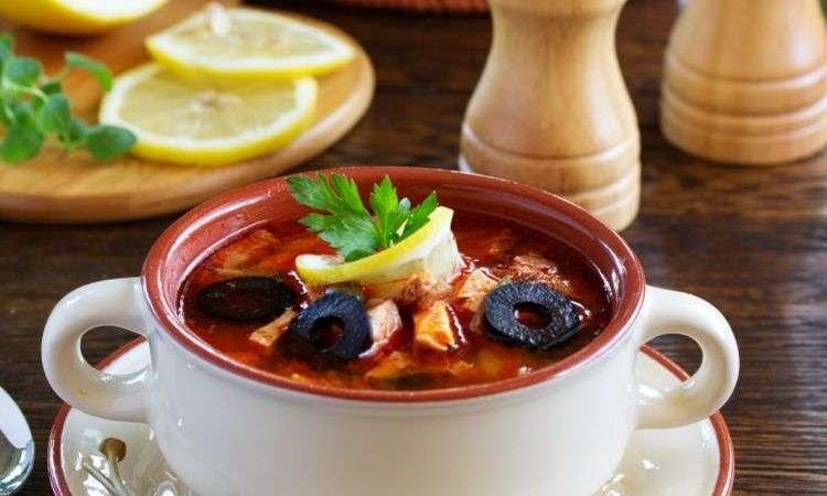Zuppa di pollo e olive