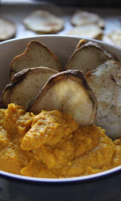 Chips di patata dolce con hummus alla curcuma