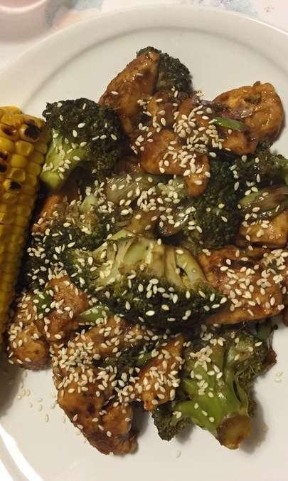 Pollo allo zenzero con broccoli e salsa di soia