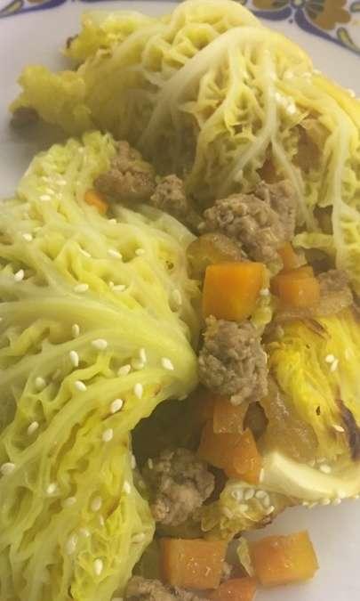 Involtini di verza ripieni di macinato e carote con zenzero