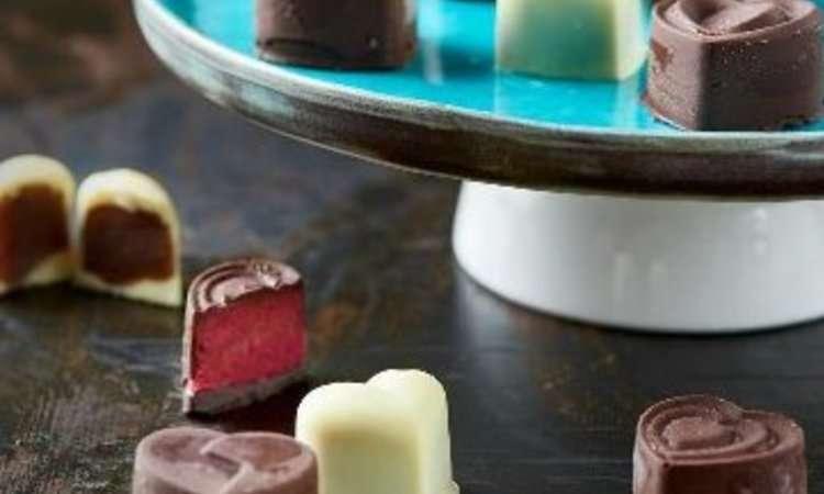 Cioccolatini neri al lampone e bianchi alle nocciole