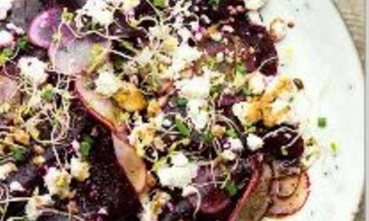 Insalata di barbabietole con feta, ravanelli, germogli e riduzione di acetobalsamico