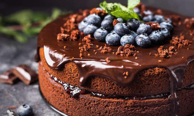 Torta glassata al cioccolato con mirtilli