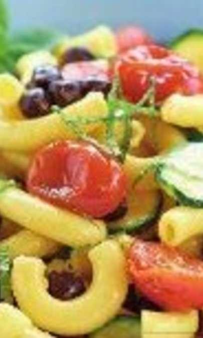 Insalata di pasta fresca con ceci neri, pomodorini arrosto, zucchine e menta