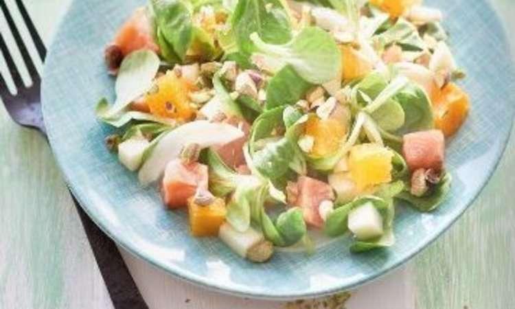 Insalata di valeriana, arancia, finocchi, mela e salmone