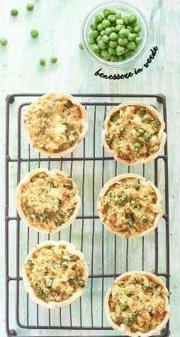 Tortini di quinoa con piselli, feta e foglie di ravanell