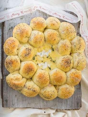 Corona di pan brioche alle erbe ripiena di prosciutto cotto e Camenbert