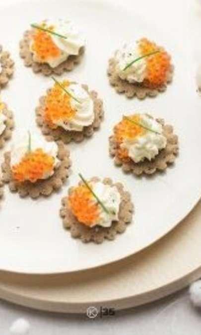 Crackers di grano saraceno con formaggio e uova di pesce