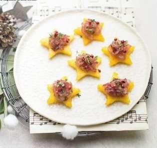Stelline di polenta con cipolle in agrodolce, timo e pepe rosa