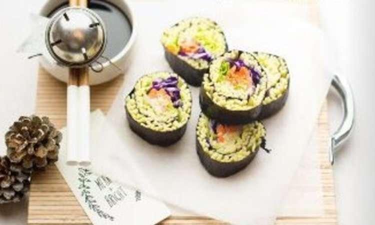 Sushi roll vegetariano di taglioni all'uovo