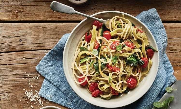 Tagliatelle con pomodoro e zucchine