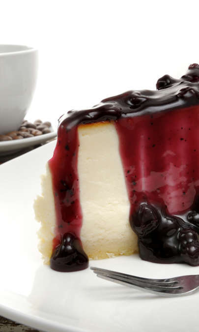 Cheesecake newyorkese con salsa di more e mirtilli