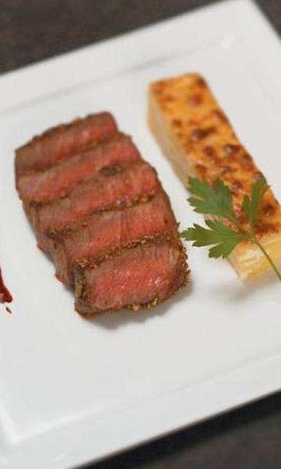 Filetto di manzo al pepe nero, salsa bordolese e patate gratinate