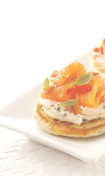 Pancake alle erbe con formaggio cremoso e salmone affumicato
