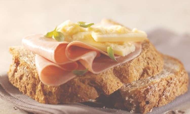 Pane con prosciutto e parmigiano