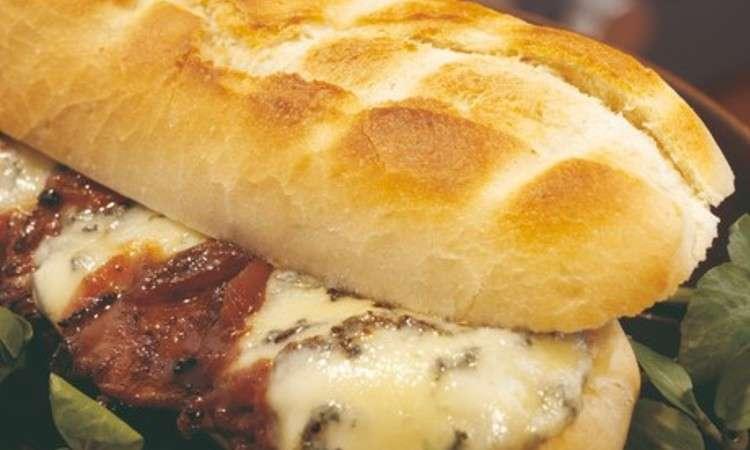 Panino caldo con bistecca di Stilton e cipolla