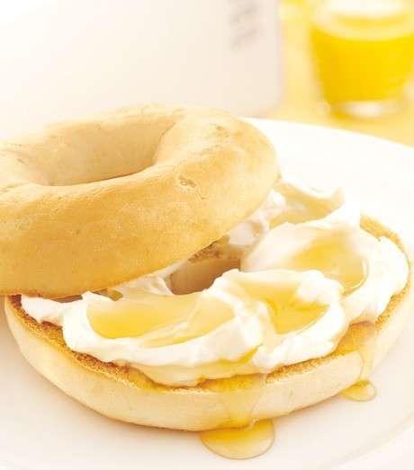 Panino caldo tostato con prosciutto e uova